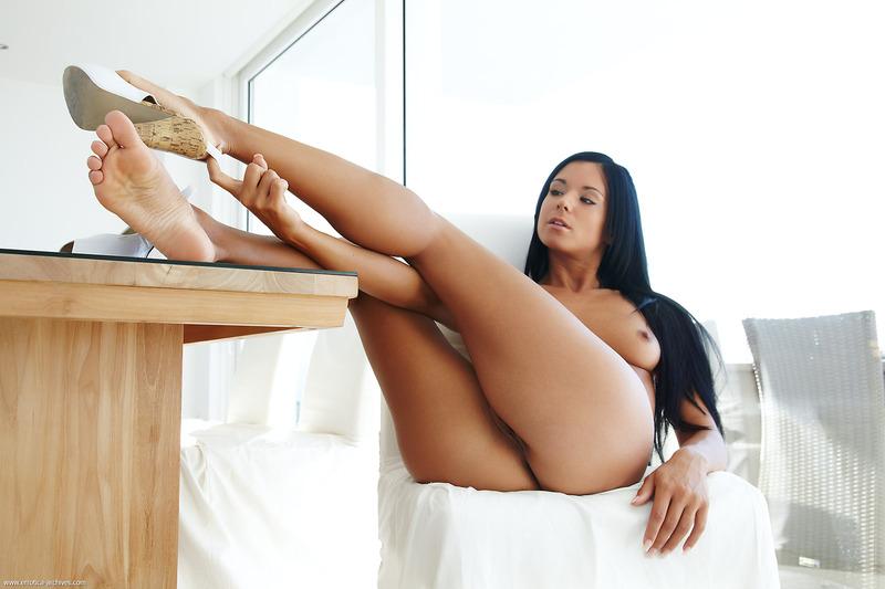 Голые женщины с красивыми ногами фото